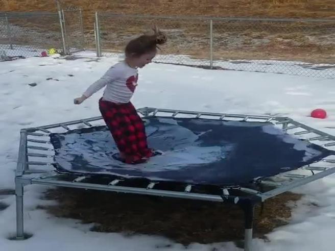 Usa, la bimba salta sul tappeto elastico (ghiacciato) e...il video da 27 milioni di clic