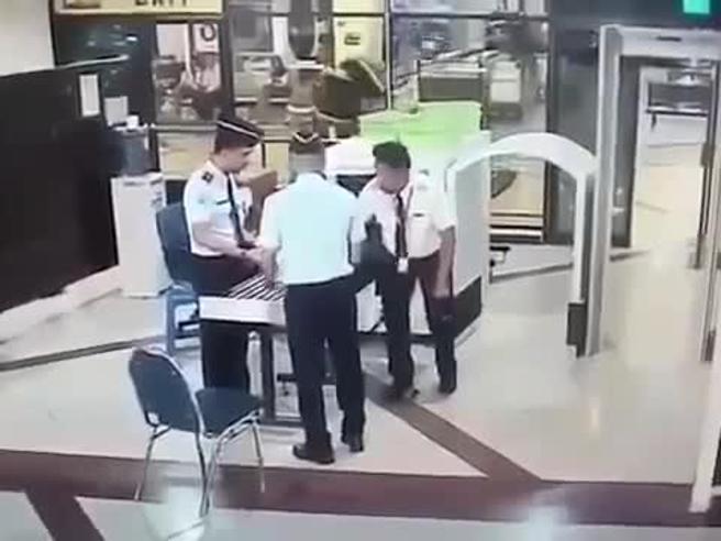Indonesia, il pilota è completamente ubriaco: rimosso dall'aereo poco prima del decollo