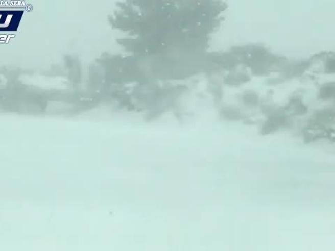 Sicilia, in auto dentro la bufera di neve sull'EtnaGuarda il video
