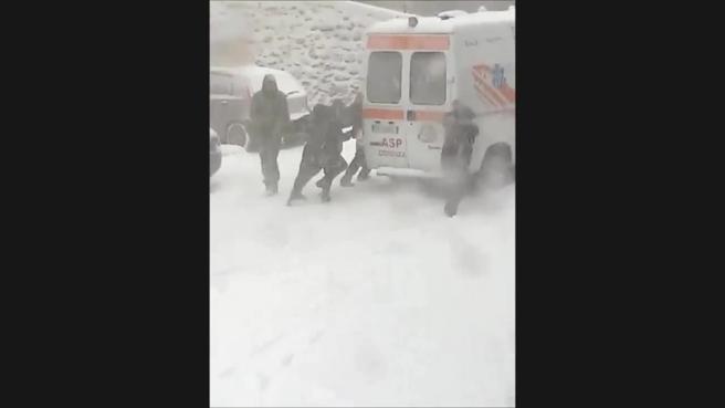 Ambulanza in panne nella neve, tutti a spingereGuarda il video