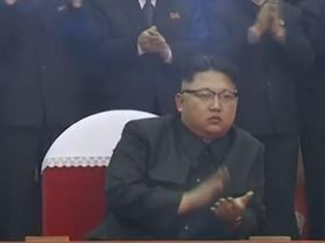 Kim Jong-un al concerto della band femminile. Ma la folla applaude solo lui Video| Foto