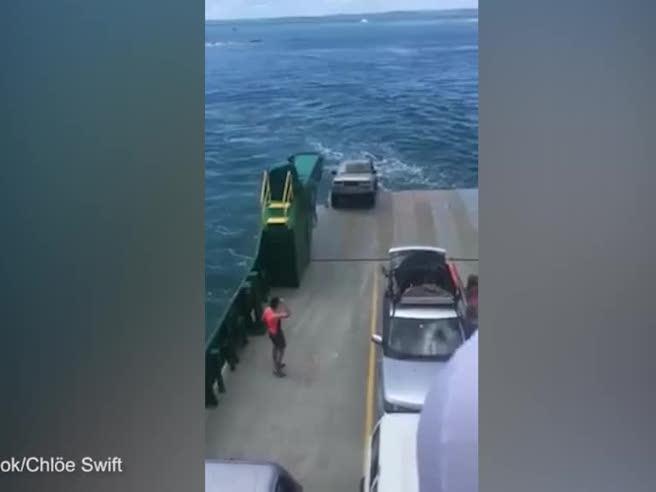 L'auto cade dal traghetto e la vacanza è rovinata