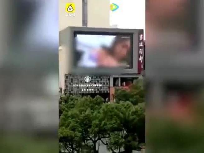 Sul maxischermo del centro commerciale in onda per sbaglio video porno, proteste del pubblico