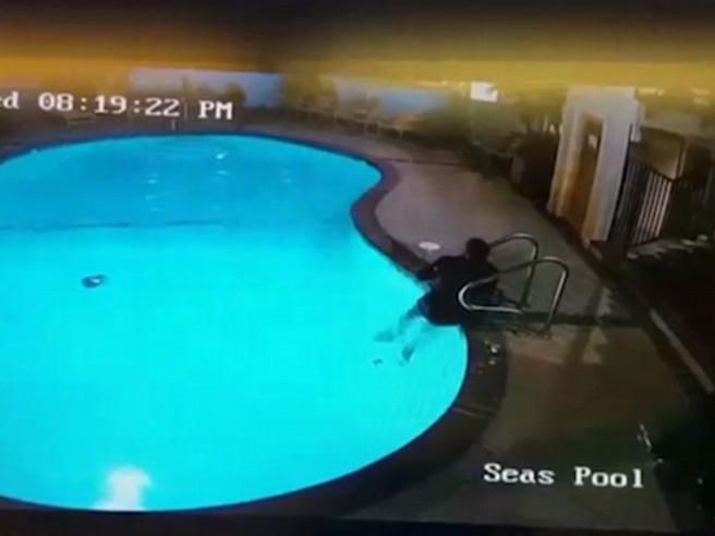 Lo youtuber si lancia dal tetto, ma sbaglia la mira e manca la piscina