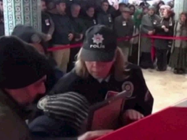 Istanbul, la madre di una della vittime sviene davanti alla bara