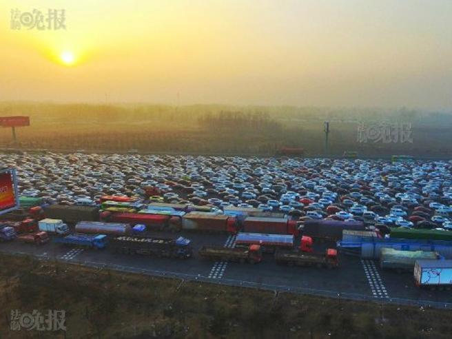 Pechino, autostrade bloccate nello smog