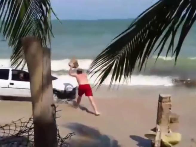 Vede un'auto in spiaggia, turista furioso spacca parabrezza con masso