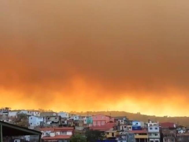 Spaventoso incendio a Valparaiso in Cile, 500 abitazioni evacuate, il cielo si tinge di rosso