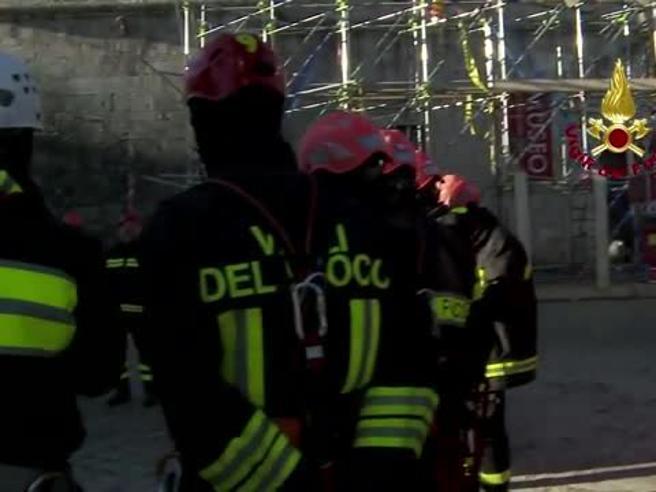 Norcia, i vigili del fuoco mettono in sicurezza la facciata della Basilica di San Benedetto