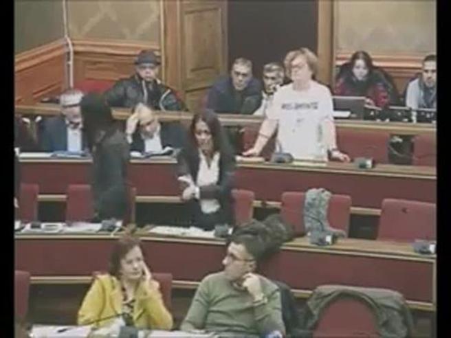 Ragusa: fa gesto dell'ombrello in Aula,  poi  l'ex M5S si scusa Il video