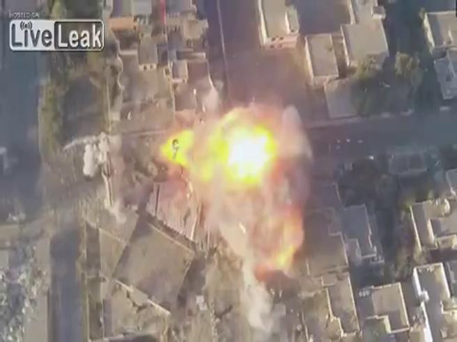 Il kamikaze si fa esplodere per strada a Mosul: le immagini riprese dal drone