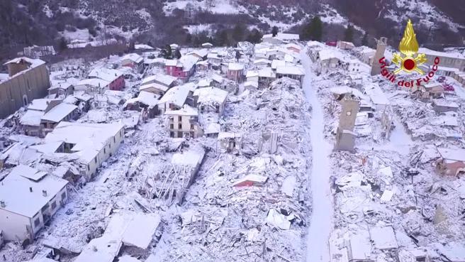 Amatrice (e le sue macerie) coperte di neve, le immagini dal drone: guarda il  video