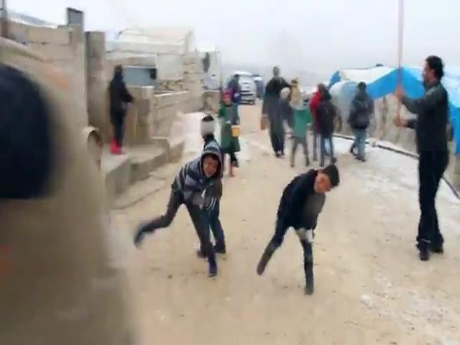 Siria, voglia di normalità: i bimbi giocano  a palle di neve Il video
