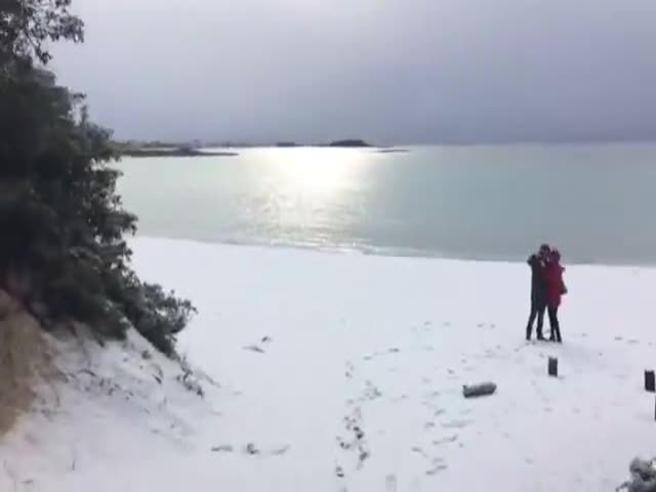 Neve in spiaggia nel Salento, a Porto Cesareo