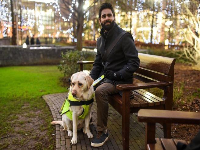 Discriminato e ignorato da tutti: il 37enne cieco mette una GoPro sul cane guida per documentare gli abusi che subisce ogni giorno