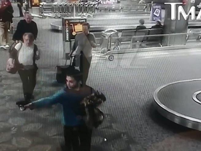 Fort Lauderdale,  nuovo videoL'attimo in cui il  killer  estrae la pistola e spara sulla folla