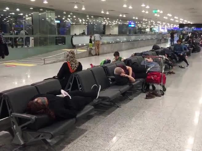 Maxi nevicata gela Istanbul, 500 italiani bloccati in aeroporto: «Aiutateci»|Video