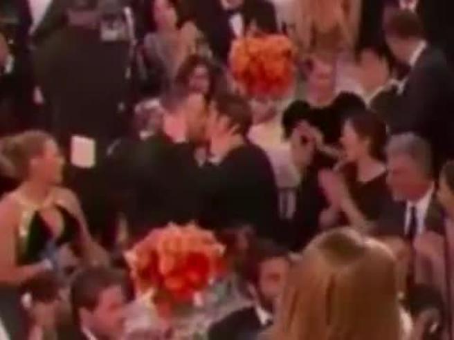Golden Globe, il bacio appassionato tra Ryan Reynolds e Andrew Garfield