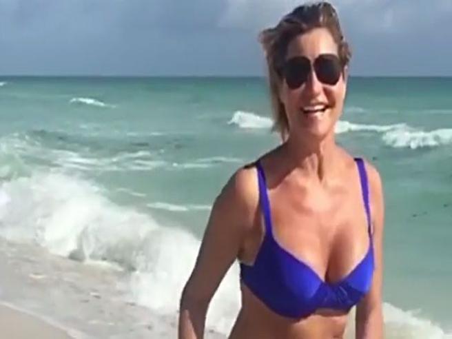 Simona Ventura,  corsetta in slowmotion sulla spiaggia di Miami