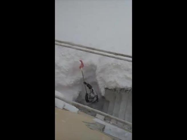 La casa è sepolta da due metri e mezzo di neve, scava per ritrovare la porta