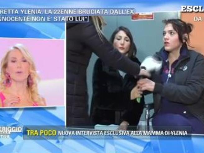 Lite in diretta da Barbara D'Urso: la mamma della ragazza bruciata dall'ex fidanzato cerca di strapparle in microfono