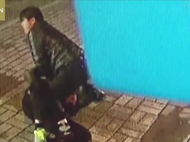 Autista di bus assiste a uno scippo, ferma il mezzo e blocca il ladro