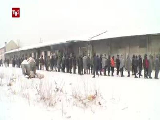 Code al gelo per un pasto caldo Il campo rifugiati nella bufera