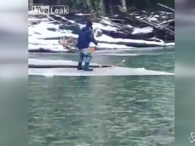 Il pescatore sfortunato: alla deriva su una lastra di ghiaccio