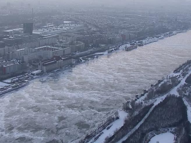 Il «bel Danubio blu» è ghiacciato: le  immagini  mozzafiato dal drone