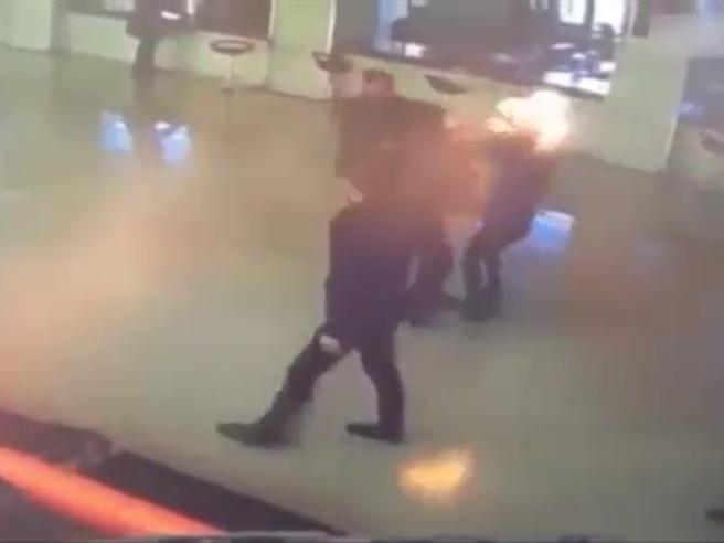 Dà fuoco ai capelli della moglie nell'androne del tribunale, dopo l'udienza di divorzio