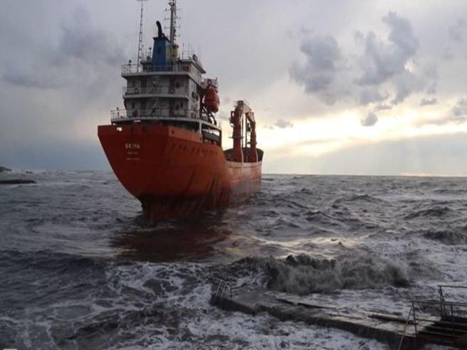 Cargo incagliato vicino alla costa: timori per perdite di carburante