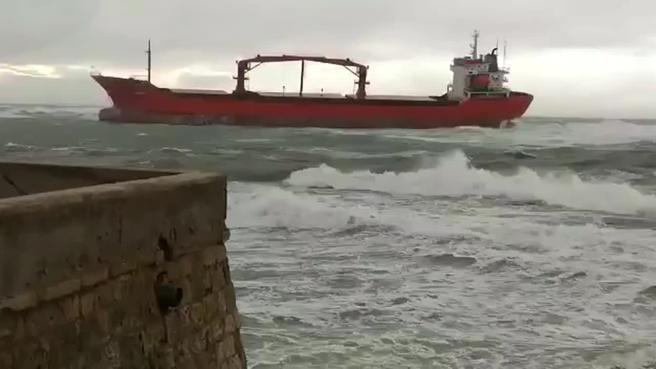 Livorno, nave in balia delle onde rischia di finire contro il molo