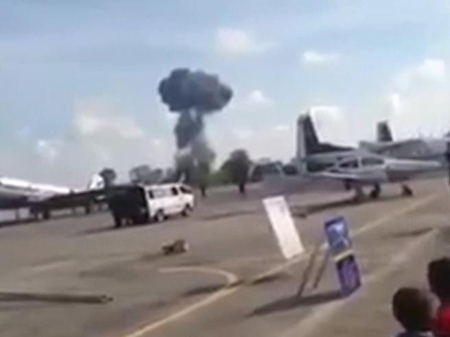 Thailandia: aereo militare precipita in diretta, morto il pilota Il video