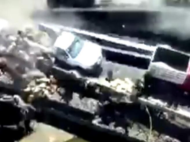 Messico, si fermano sul luogo di un incidente: un camion esce di strada e  travolge tutti