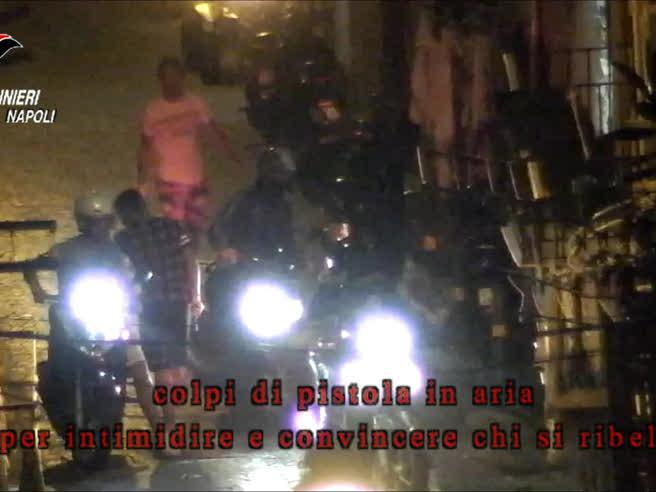 I bimbi confezionano la droga, i tassisti la distribuiscono: così si spaccia a Napoli: il video