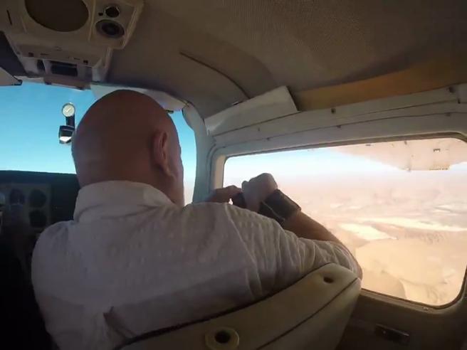 Apre il finestrino dell'aereo e la macchina fotografica viene risucchiata