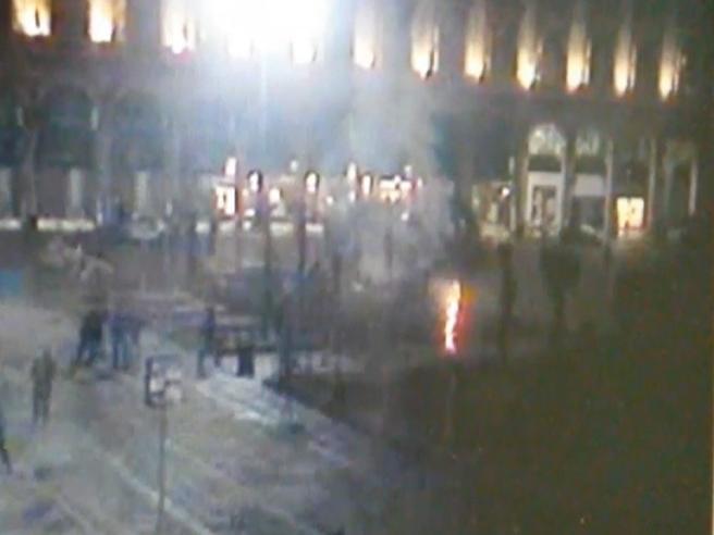 Milano, il blitz vandalico di piazza Duomo ripreso dalle telecamere di sicurezza