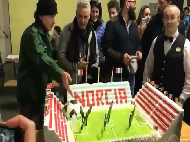 Roberto Baggio spegne le candeline tra i terremotati a Norcia. E la torta è a forma di stadio Il video