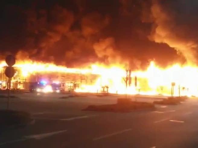 Treviso,  rogo distrugge centro commercialeIl video