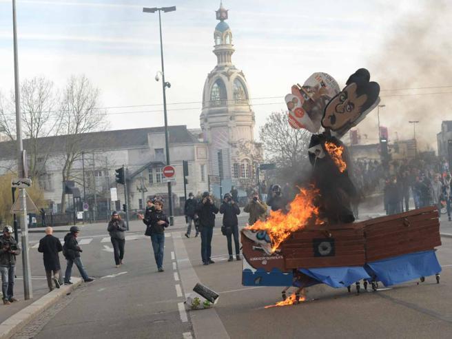 Nantes, scontri con manifestanti contro il comizio di Le Pen video