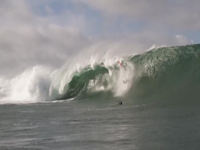 Il surfista travolto dall'onda gigantesca: è la caduta peggiore dell'anno