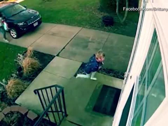 Bambina vola trascinata dal vento: si salva con un riflesso improvviso