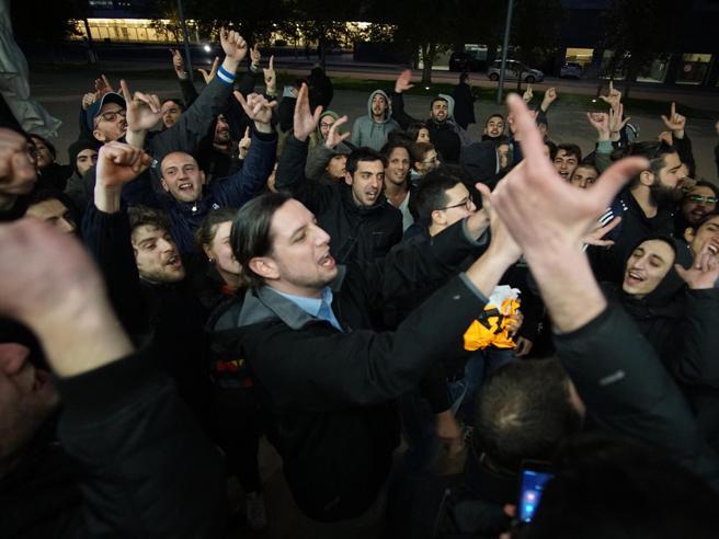 Napoli, sassi contro la polizia e bombe carta al corteo contro Salvini La diretta tv