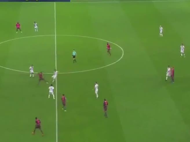 L'incredibile gol da centrocampo del Lione