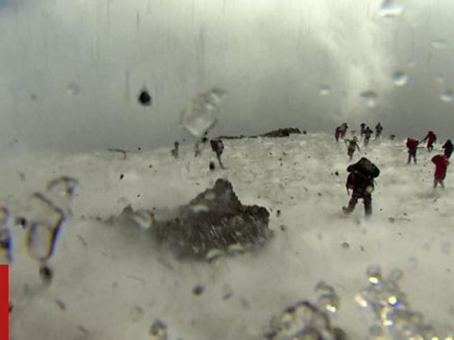 Etna, il momento della paura La troupe della Bbc in fuga dai lapilli,  panico e  feriti Video