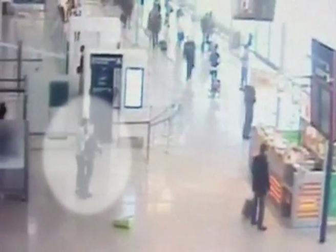 Attacco all'aeroporto di Orly Così  l'attentatore  ha aggredito  una  soldatessa Il video|Le foto