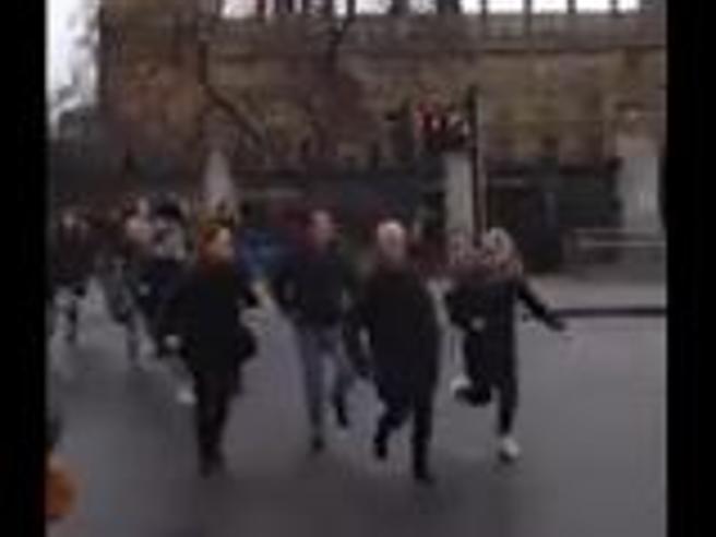 Gli spari a Westminster: il momento in cui la polizia apre il fuoco davanti al Parlamento inglese