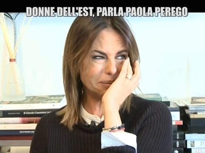 """Paola Perego in lacrime a """"Le Iene"""": «Sto male, sono una brava persona ma ho un marito scomodo»"""