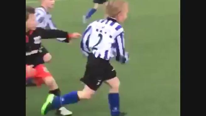 Il figlio di Kuyt, 5 anni, scarta tutti e segna un super gol