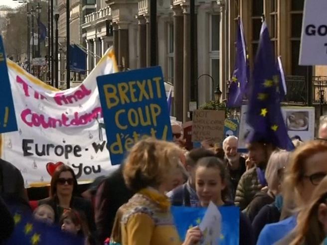 Londra, migliaia di persone in corteo contro la Brexit Il video